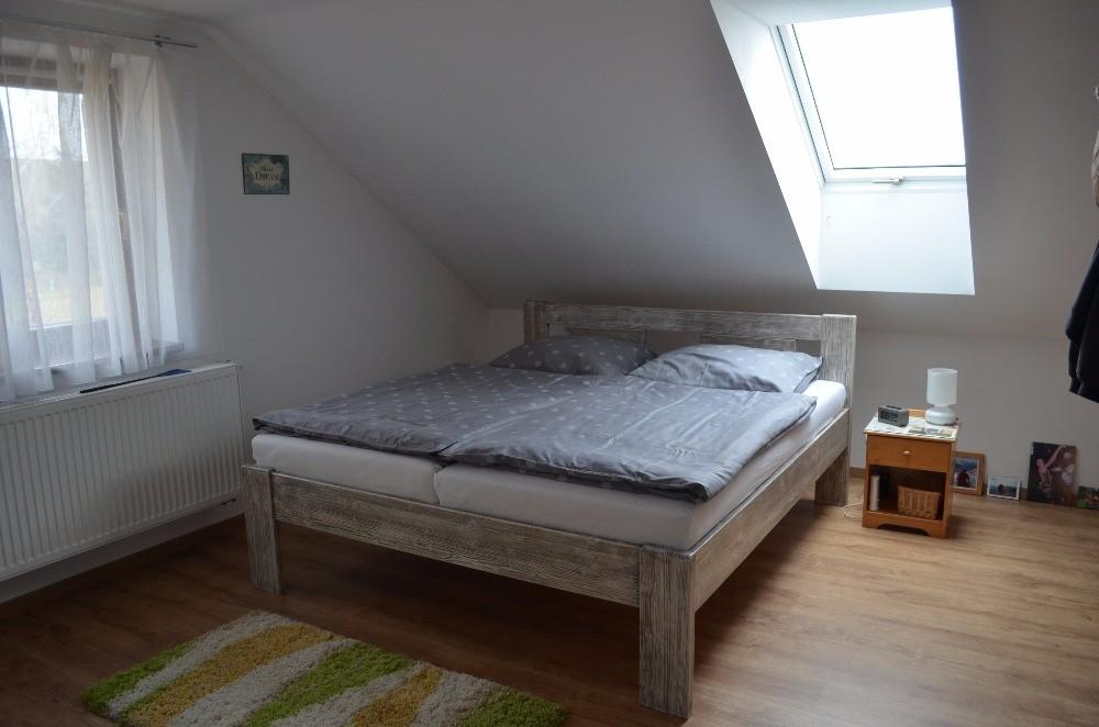 Masivní postel ALICE s patinou