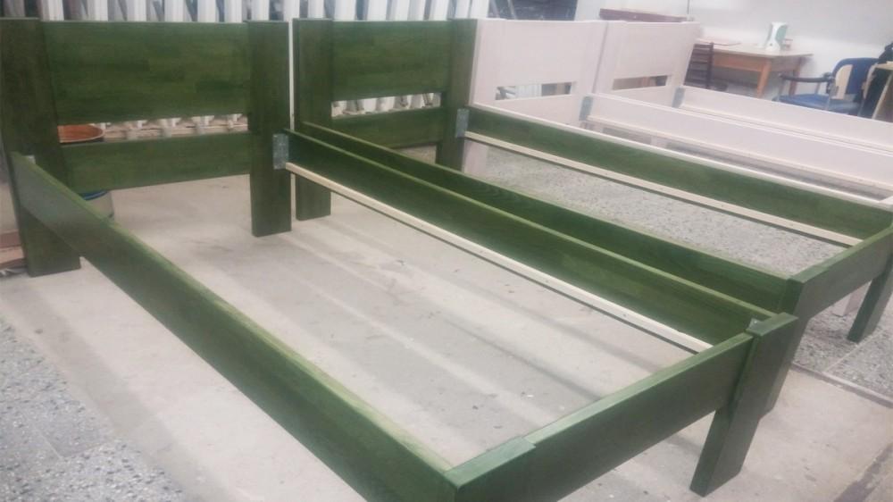 Dvě zelené a dvě bílé jednolůžka pro penzion u Vlášků