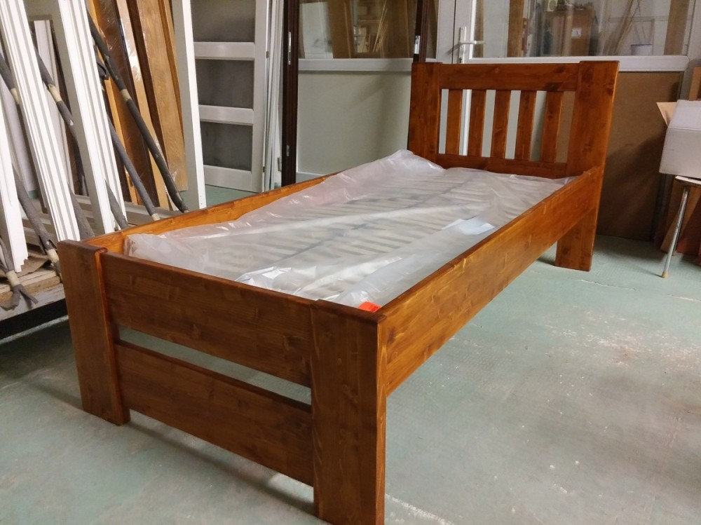 Masivní postel Vanesa